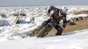 As motocicletas de Enduro estão montando no gelo do rastasia no rio Imagem de Stock Royalty Free