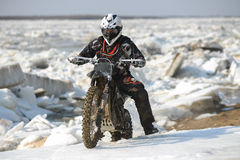 As motocicletas de Enduro estão montando no gelo do rastasia no rio Foto de Stock