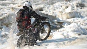 As motocicletas de Enduro estão montando no gelo do rastasia no rio Imagens de Stock