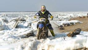 As motocicletas de Enduro estão montando no gelo do rastasia no rio Fotografia de Stock