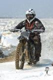 As motocicletas de Enduro estão montando no gelo do rastasia no rio Fotos de Stock