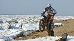 As motocicletas de Enduro estão montando no gelo do rastasia no rio Imagens de Stock Royalty Free