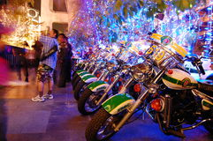 As motocicletas estacionaram junto em uma rua Imagens de Stock