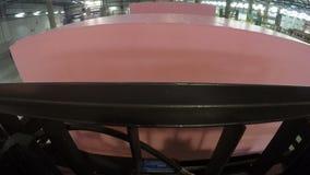 As movimentações da empilhadeira ao cubo da borracha de espuma tomam e transportes video estoque