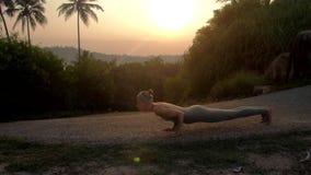 As mudanças da menina levantam da saudação do sol no movimento lento da trilha filme