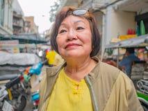 As mulheres adultas asiáticas da beleza sorriem muito feliz na frente abaixo da cidade da cidade da porcelana de Banguecoque na c fotografia de stock royalty free