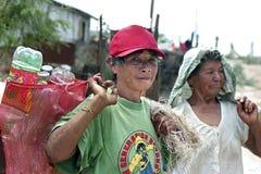 As mulheres adultas trabalham na descarga de desperdícios uma estratégia da sobrevivência fotos de stock
