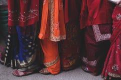 As mulheres alinham a espera tomam um lugar para o alimento da oferta aos Espírito Santo durante o festival de Holi fotografia de stock
