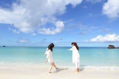As mulheres apreciam o sol do verão imagens de stock royalty free