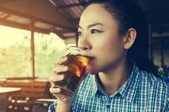 As mulheres asiáticas bebem a soda do refresco no dia ensolarado no restaurante, gl Fotos de Stock