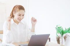 As mulheres asiáticas que vestem as camisas brancas estão sorrindo imagem de stock royalty free