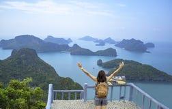 As mulheres aumentam seus bra?os e trouxa do ombro em Pha Jun Jaras Viewpoint em ilhas de Angthong, Suratthani em Tail?ndia foto de stock royalty free