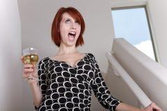 As mulheres bêbados cantam imagens de stock