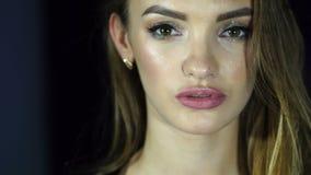 As mulheres bonitas com composição brilhante abrem os olhos e olhares 'sexy' na câmera vídeos de arquivo