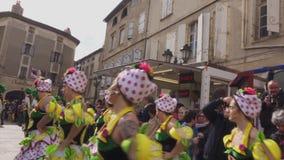As mulheres bonitas dançam no carnaval em França filme