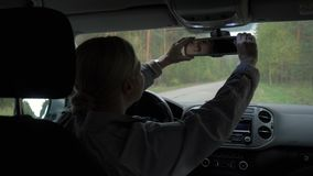 As mulheres bonitas no carro, corrigem o espelho de rearview filme