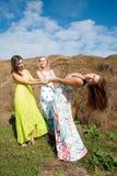 As mulheres bonitas novas relaxam no feno fotos de stock