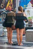 As mulheres budistas rezam, perto do shopping grande, Banguecoque Fotos de Stock Royalty Free
