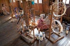 As mulheres burmese são spinnig um a linha dos lótus Fotografia de Stock Royalty Free