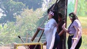 As mulheres Cheering na tradição tailandesa vestem-se ao lado do rio, alegremente e dançando ao conflito pelo barco no templo de  video estoque