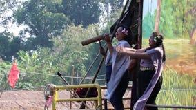 As mulheres Cheering na tradição tailandesa vestem-se ao lado do rio, alegremente e dançando ao conflito pelo barco no templo de  vídeos de arquivo
