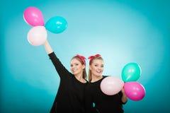 As mulheres como as meninas querem a mosca afastado por balões Imagens de Stock