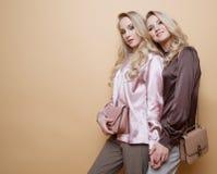 As mulheres consideravelmente bonitas 'sexy' do retrato dois, estilo da forma vestem-se Foto de Stock Royalty Free