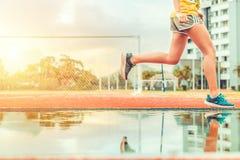 As mulheres correm e saltando no parque fotografia de stock