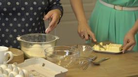 As mulheres cozinham a manteiga da farinha vídeos de arquivo