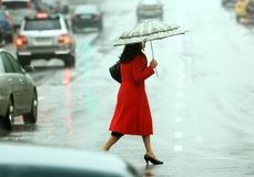 As mulheres cruzam a rua Fotos de Stock Royalty Free