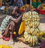 As mulheres da área tribal de Konso vendem bananas no marke local da vila Fotografia de Stock