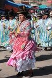 As mulheres de Cholitas dançam em trajes nativos em Bolívia Foto de Stock