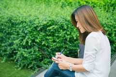 As mulheres de funcionamento que escrevem no parque, mulheres exteriores de trabalho trabalham o trabalho do negócio Fotografia de Stock