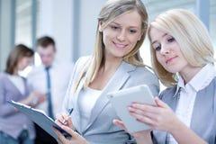 As mulheres de negócio… e seu dedo estão acima Imagem de Stock Royalty Free