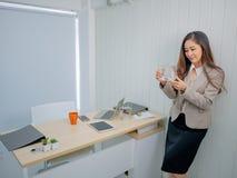 As mulheres de negócio modernas olham peixes no escritório imagens de stock