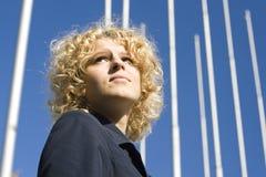 As mulheres de negócio olham para cima fotos de stock royalty free