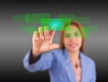 As mulheres de negócio são botões do toque. foto de stock