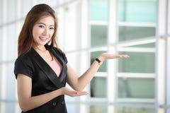 As mulheres de negócios convidam o cliente vêm a seu negócio fotos de stock