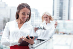 As mulheres de negócios novas bonitas estão descansando na ruptura Imagem de Stock Royalty Free