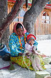 As mulheres de Tarahumara com criança imagem de stock