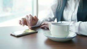 As mulheres de um negócio novas que trabalham no whith do café telefonam vídeos de arquivo