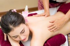 As mulheres despidas estão obtendo a massagem traseira Imagem de Stock Royalty Free