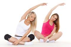 As mulheres desportivas fazem exercícios. Aptidão. fotografia de stock