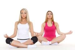 As mulheres desportivas fazem exercícios. Aptidão. imagens de stock royalty free