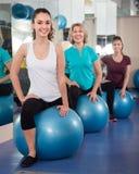 As mulheres diferentes da idade que saltam na bola do exercício durante o grupo treinam Fotos de Stock Royalty Free