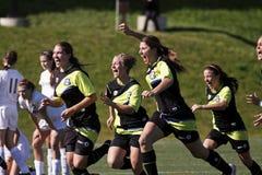 As mulheres do futebol de Canadá comemoram a vitória Quebeque imagens de stock royalty free