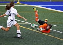 As mulheres do futebol dos jogos de Canadá salvar o depositário da bola Fotos de Stock