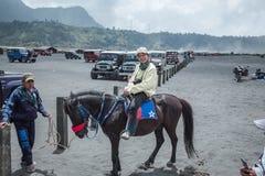 As mulheres do viajante montam um cavalo no Mt Bromo Indonésia fotos de stock