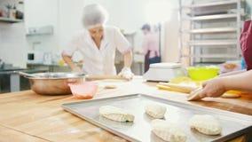 As mulheres dos empregados da padaria estão cozinhando tortas com salsicha filme