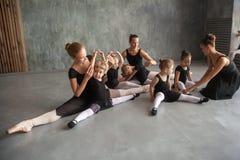 As mulheres ensinam meninas do bailado fotos de stock